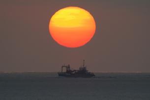 船と夕日の写真素材 [FYI00439845]