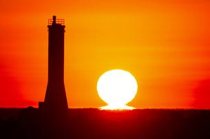 だるま夕日と灯台 ダルマ夕日の写真素材 [FYI00439856]