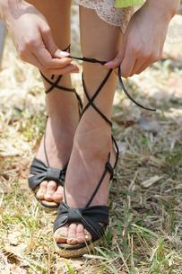 若い女性 足 靴ひも 結ぶの写真素材 [FYI00439892]