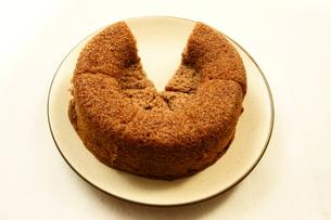 ケーキ シフォンケーキ ココアシフォンケーキの写真素材 [FYI00439897]
