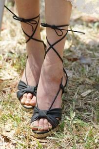 若い女性の脚 シューズの写真素材 [FYI00439917]