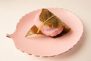 餅 もち 桜餅 1個の写真素材 [FYI00439924]