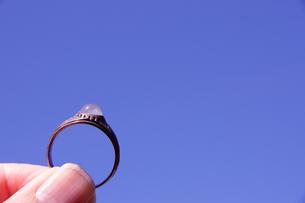 指輪 リング 青空 指 挟むの写真素材 [FYI00439953]