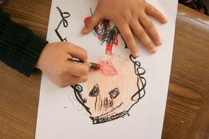 お絵かき 絵描く少女の手の写真素材 [FYI00440001]