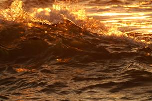 オレンジ色の波の写真素材 [FYI00440019]