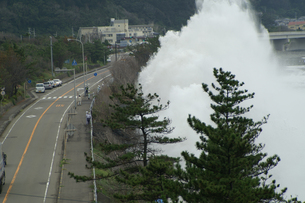 国道を襲う大波の写真素材 [FYI00440047]