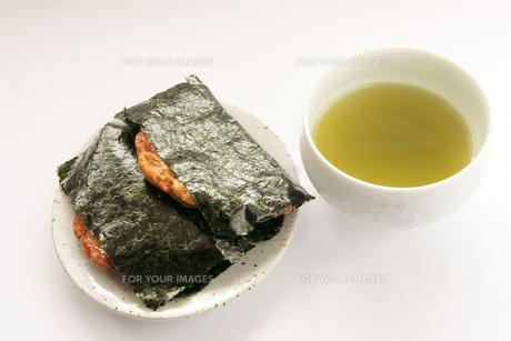 おかきと緑茶の写真素材 [FYI00440097]