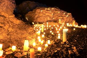 キャンドルでライトアップされた岩の写真素材 [FYI00440160]