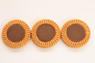 チョコレートビスケット 3個の写真素材 [FYI00440170]