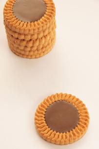 チョコレートビスケット 重ねる 左寄せの写真素材 [FYI00440175]