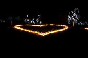 ハートマークキャンドルと岩のライトアップの写真素材 [FYI00440190]
