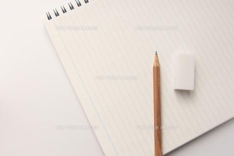 ノートと鉛筆と消しゴムの素材 [FYI00440260]