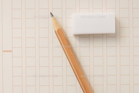 原稿用紙と鉛筆と消しゴムの素材 [FYI00440272]