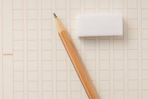 原稿用紙と鉛筆と消しゴムの写真素材 [FYI00440272]