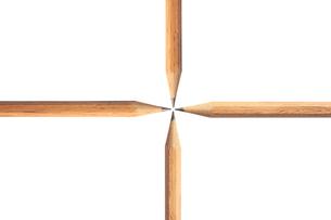 十字に並んだ鉛筆の写真素材 [FYI00440285]