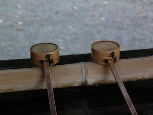 手水舎と柄杓の写真素材 [FYI00440393]
