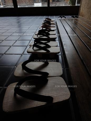 旅館の玄関に並べられた下駄の写真素材 [FYI00440401]