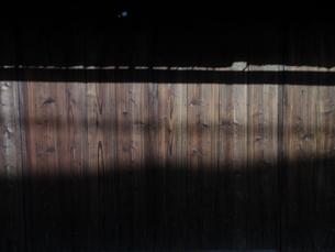 木の家に注ぐ陽の写真素材 [FYI00440412]