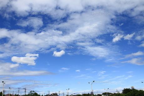 街並みと夏の空 (コピースペースあり)の写真素材 [FYI00440441]