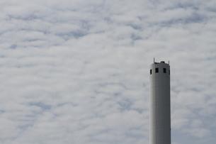 焼却場の煙突の写真素材 [FYI00440461]