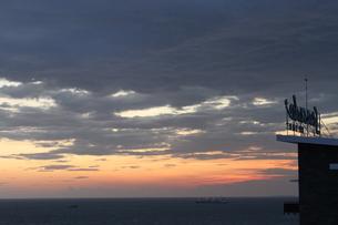 海と夕焼けとレストランサインの写真素材 [FYI00440526]