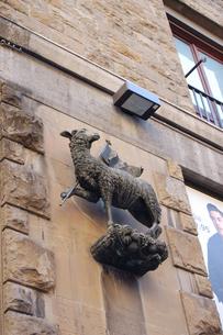 斧を持った羊の彫刻の写真素材 [FYI00440616]