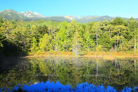 牛止め池と乗鞍岳の写真素材 [FYI00440707]