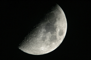 半月(月齢6.6)の写真素材 [FYI00441103]