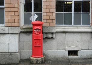 赤いポストの写真素材 [FYI00441161]