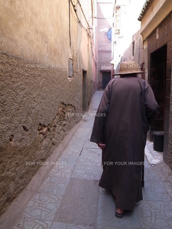 モロッコ、おじいちゃんの後姿の素材 [FYI00441177]