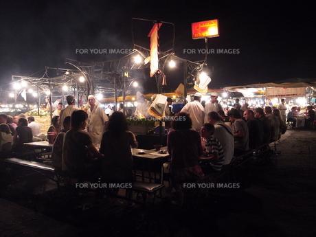 マラケシュ、夜の屋台の写真素材 [FYI00441208]