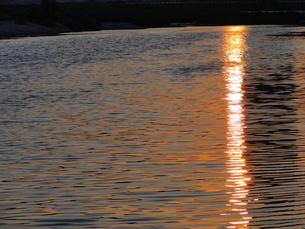 川面に映る夕日の写真素材 [FYI00441278]