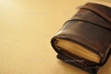 使い古した革財布の写真素材 [FYI00441341]