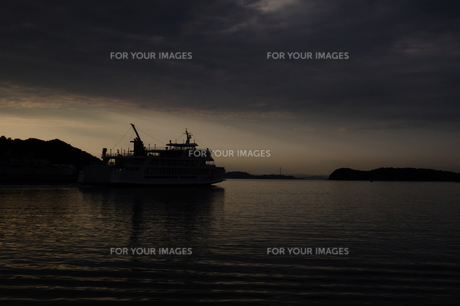瀬戸内海の夕暮れを進むフェリーの写真素材 [FYI00441358]