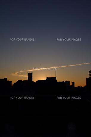 初日の出と飛行機雲の写真素材 [FYI00441360]