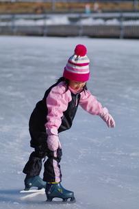 初めてのアイススケートの写真素材 [FYI00441389]
