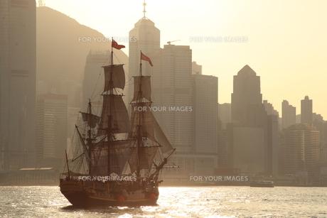 帆船と高層ビル群の写真素材 [FYI00441926]