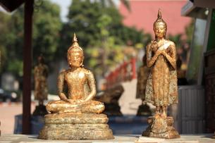未完成の仏像2体の写真素材 [FYI00441949]