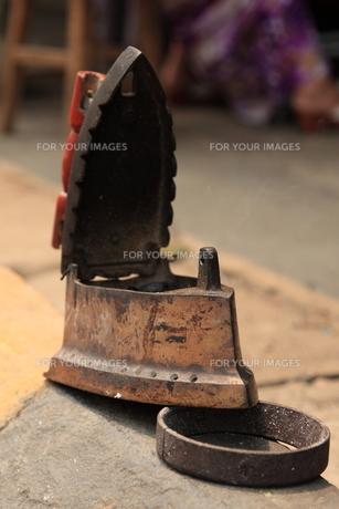 炭を使うアイロンの写真素材 [FYI00441959]