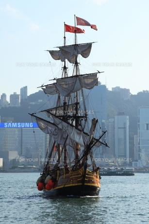 帆を畳んで着岸する帆船の写真素材 [FYI00441969]