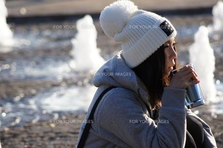 ほっとひと息つく女性の写真素材 [FYI00442007]