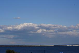 海に浮かぶ大きな雲の写真素材 [FYI00442031]