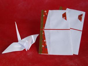 折鶴とのし袋の写真素材 [FYI00442112]