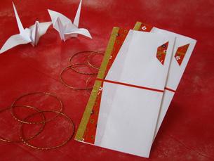 折鶴とのし袋の写真素材 [FYI00442115]