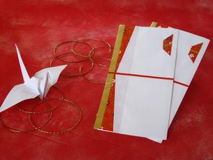 折鶴とのし袋の写真素材 [FYI00442117]