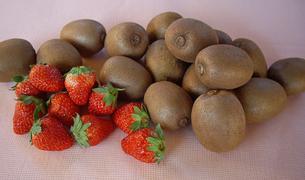 イチゴとキウイフルーツの写真素材 [FYI00442121]