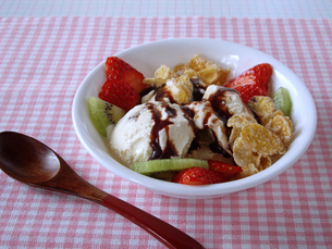 アイスクリームとフルーツの写真素材 [FYI00442122]