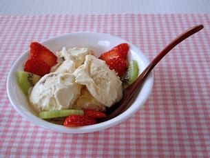 アイスクリームとフルーツの写真素材 [FYI00442126]