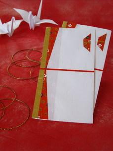 折鶴とのし袋の写真素材 [FYI00442127]