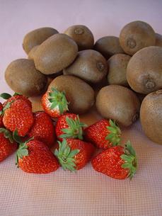 イチゴとキウイフルーツの写真素材 [FYI00442131]